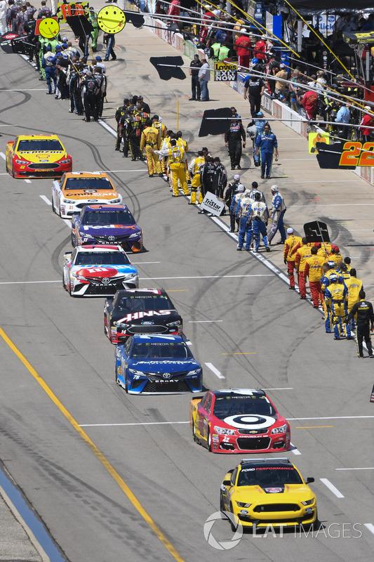 Ford GT 350 pace car, Kyle Larson, Chip Ganassi Racing Chevrolet, Martin Truex Jr., Furniture Row Racing Toyota