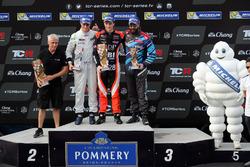 Podium: Race wimmer Aurélien Panis, Boutsen Ginion Racing, Honda Civic Type-R TCR, second place Giacomo Altoé, M1RA, Honda Civic TCR, third place Stefano Comini, Comtoyou Racing, Audi RS3 LMS