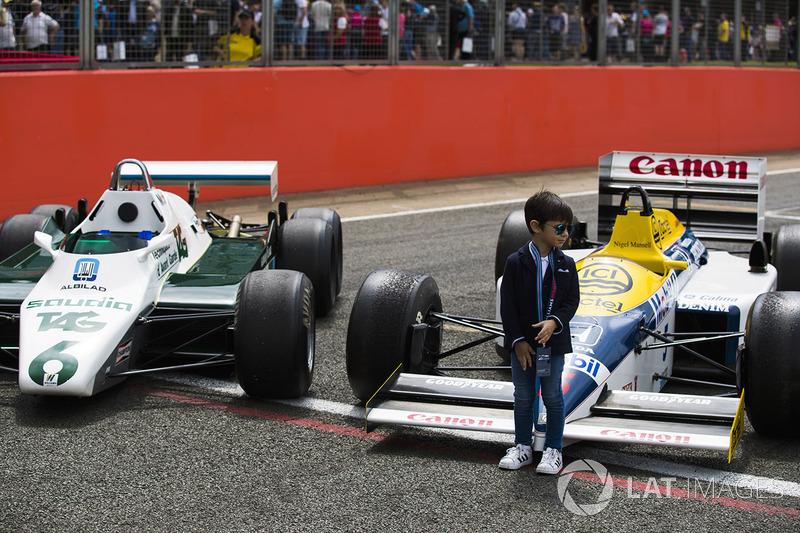 Genç taraftar ve Williams FW08, FW11