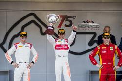 Podium: race winner Nyck De Vries, Rapax, second place Johnny Cecotto, Rapax, third place Gustav Malja, Racing Engineering