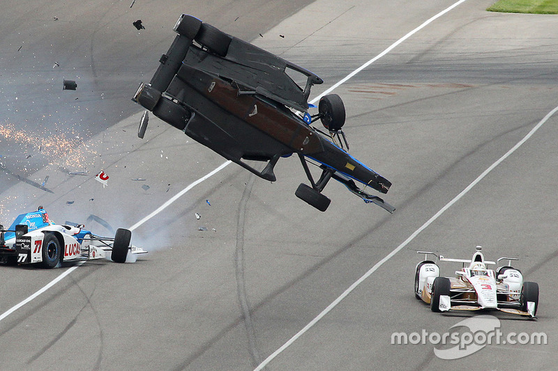 Scott Dixon, Chip Ganassi Racing Honda, Jay Howard, Schmidt Peterson Motorsports Honda, involved in a huge crash, Helio Castroneves, Team Penske Chevrolet avoids carnage