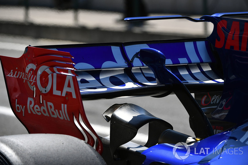 Carlos Sainz Jr., Scuderia Toro Rosso STR12 rear wing detail