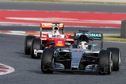 Льюис Хэмилтон, Mercedes AMG F1 W07 Hybrid едет впереди Себастьяна Феттеля, Ferrari SF16-H