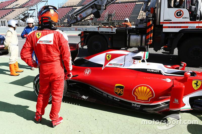 Kimi Raikkonen, Ferrari SF16-H stops at the end of the pit lane