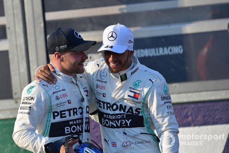 Valtteri Bottas, Mercedes AMG F1, e Lewis Hamilton, Mercedes AMG F1, dopo le qualifiche