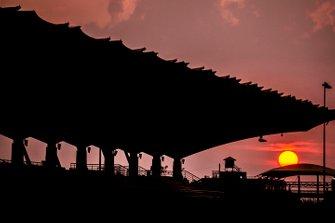 Le soleil se couche sur le circuit