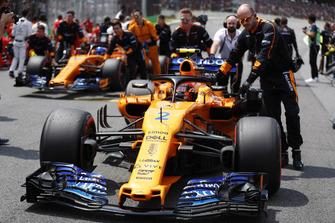 Stoffel Vandoorne, McLaren, and Fernando Alonso, McLaren, are pushed onto the grid.
