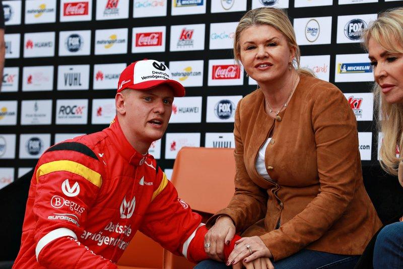 Mick Schumacher con su madre Corinna
