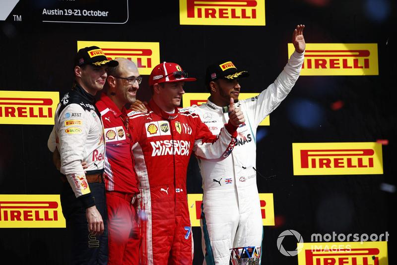 Kimi Raikkonen, Ferrari, sur le podium avec Max Verstappen, Red Bull Racing, Carlos Santi, ingénieur de course, Ferrari, et Lewis Hamilton, Mercedes AMG F1