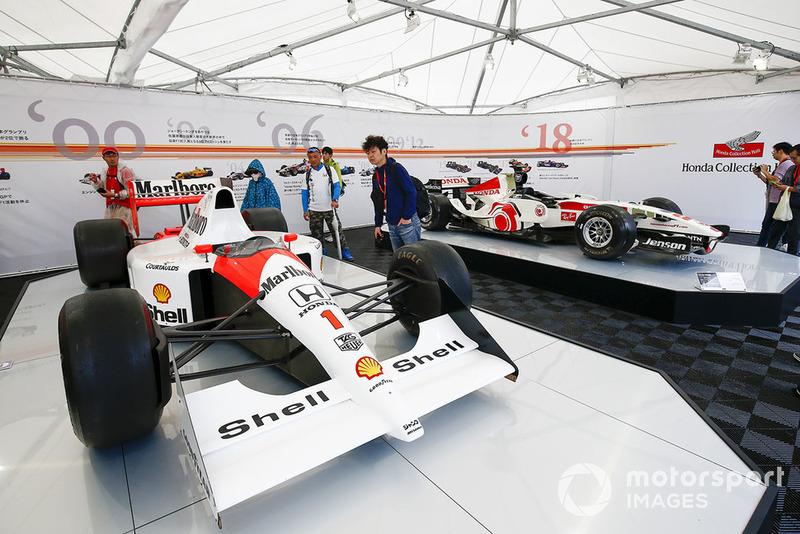 Болельщики и исторические автомобили McLaren и BAR