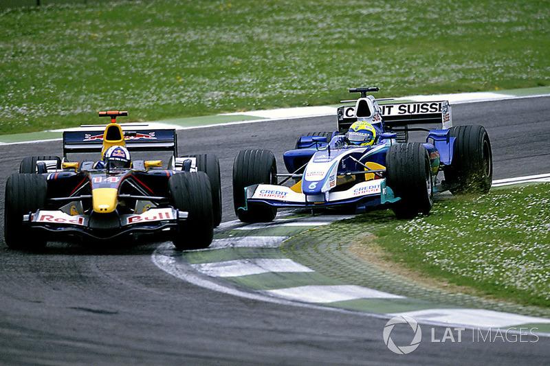 Felipe Massa, Sauber Petronas C24 trata de adelantar a David Coulthard, Red Bull Racing Cosworth RB1