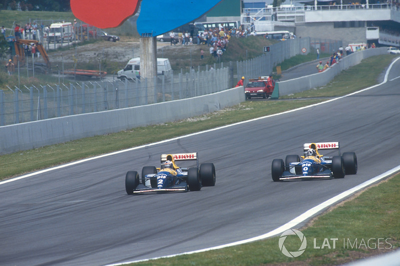 Alain Prost pasa a Damon Hill, ambos Williams FW15C Renault, por el liderato
