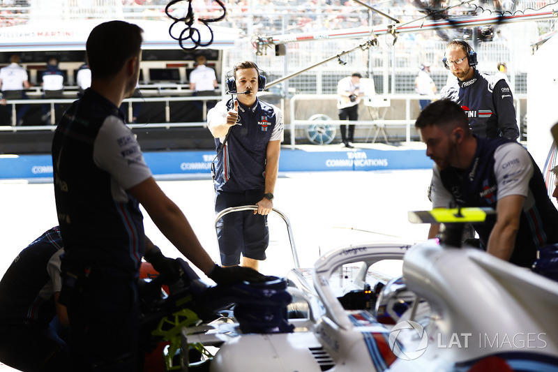 Engineers prepare to launch Sergey Sirotkin, Williams FW41, into the session