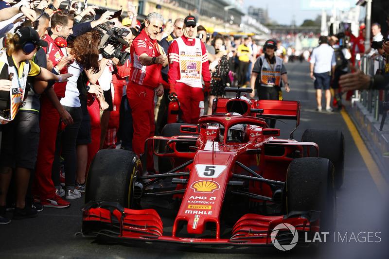 Maurizio Arrivabene, Takım Patronu, Ferrari, ve yarış galibi Sebastian Vettel, Ferrari SF71H, Parc Ferme