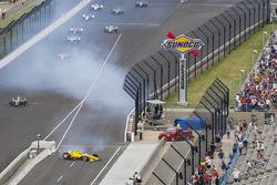 Crash: Helio Castroneves, Team Penske Chevrolet