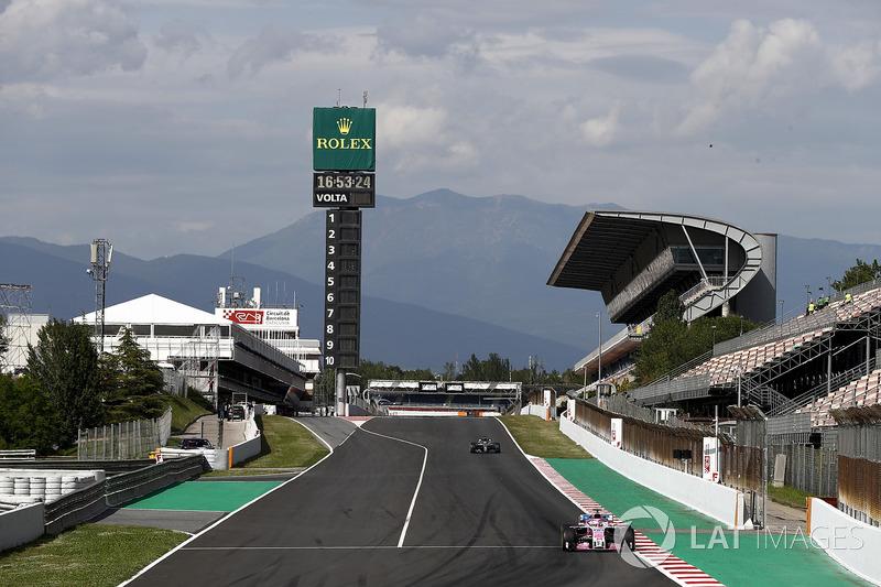 Николя Латифи, Sahara Force India F1 VJM11, и Льюис Хэмилтон, Mercedes AMG F1 W09