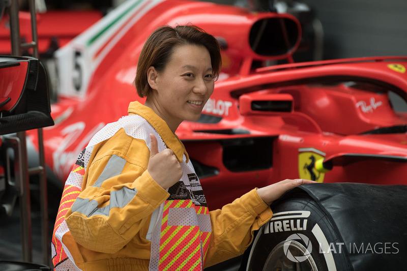 Oficial de pista y Ferrari SF71H