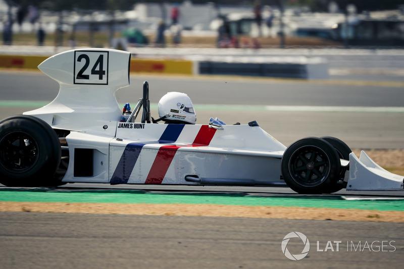 La Hesketh 308 lors de la parade des 70 ans du circuit de Silverstone