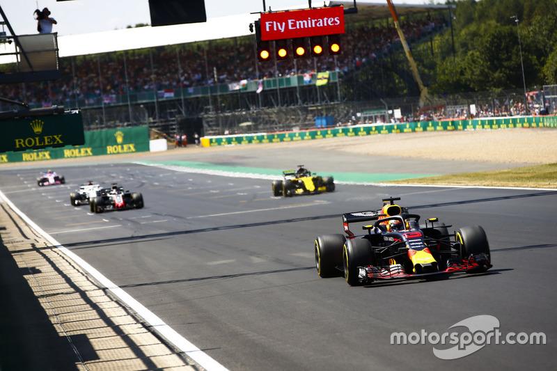 Daniel Ricciardo, Red Bull Racing RB14, devant Nico Hulkenberg, Renault Sport F1 Team R.S. 18, Romain Grosjean, Haas F1 Team VF-18, et Marcus Ericsson, Sauber C37, pour des essais de départ
