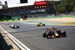 Daniel Ricciardo, Red Bull Racing RB14, Nico Hulkenberg, Renault Sport F1 Team R.S. 18, Romain Grosjean, Haas F1 Team VF-18, and Marcus Ericsson, Sauber C37, practican una salida de la parrilla