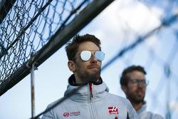 Romain Grosjean, Haas F1 Team, regarde les essais en bord de piste
