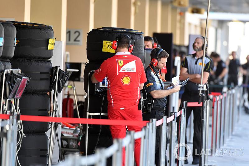 Ferrari con un ingeniero de Pirelli y neumáticos Pirelli