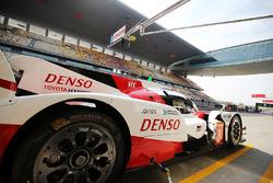 #8 Toyota Gazoo Racing Toyota TS050 Hybrid: Anthony Davidson, Sébastien Buemi, Kazuki Nakajima in the pits