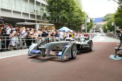 Sakon Yamamoto con la Spark-Renault SRT_01E per le strade di Tokyo