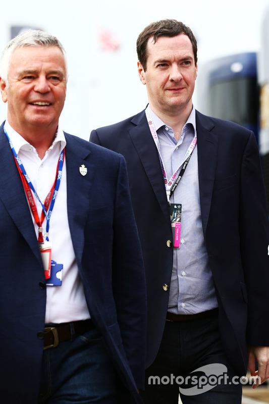 (L nach R): Derek Warwick, mit George Osborne MP, Finanzminister