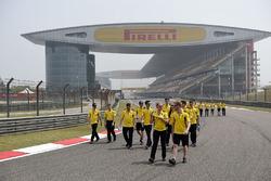 Jolyon Palmer, Renault Sport F1 Team, und Kevin Magnussen, Renault Sport F1 Team, beim Trackwalk