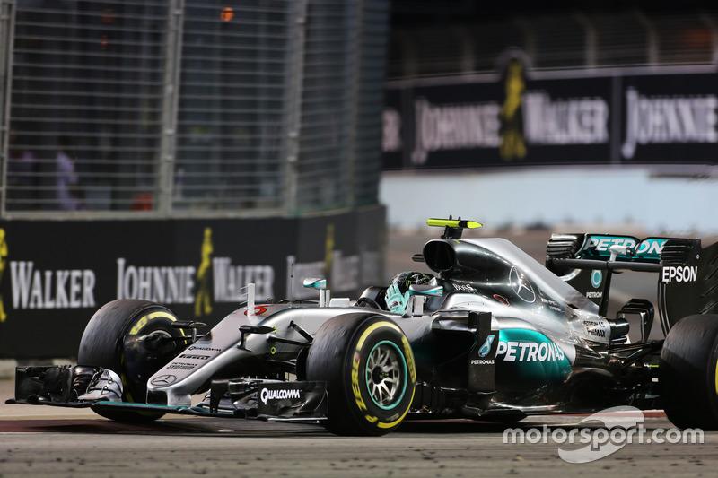 Ganador de la carrera Nico Rosberg, híbrido de Mercedes AMG F1 W07 celebra el final de la carrera