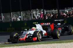 Esteban Gutierrez, Haas F1 Team VF-16 en Fernando Alonso, McLaren MP4-31