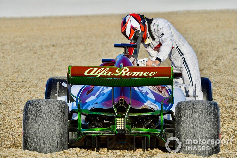 Кімі Райкконен, Alfa Romeo Racing C38, розвернув болід та опинився в гравії зранку