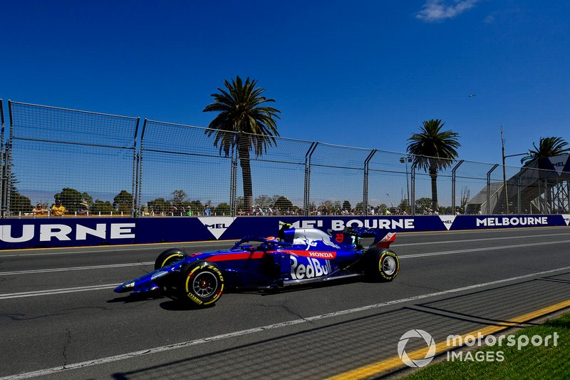 Alexander Albon, Toro Rosso STR14, si dirige ai box senza ala anteriore