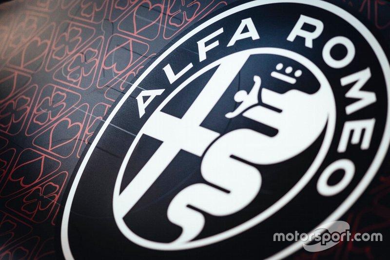 Машина Alfa Romeo Racing