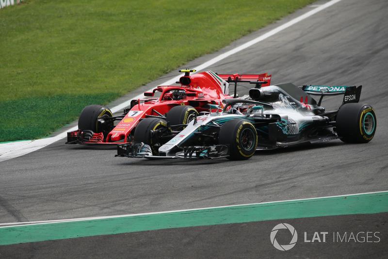 Lewis Hamilton, Mercedes AMG F1 W09 menyalip Kimi Raikkonen, Ferrari SF71H
