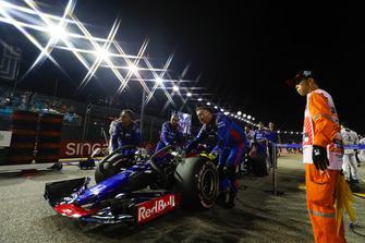 Pierre Gasly, Scuderia Toro Rosso STR13, arriva in griglia di partenza