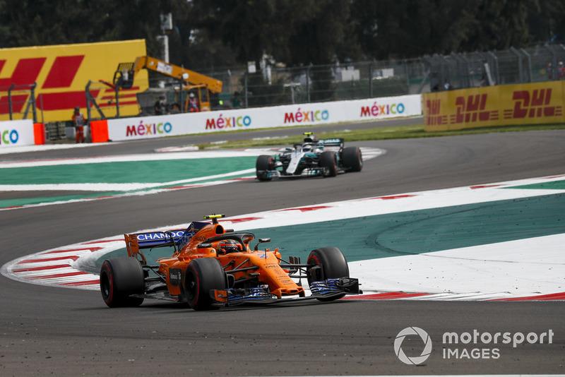 Stoffel Vandoorne, McLaren MCL33 y Valtteri Bottas, Mercedes AMG F1 W09 EQ Power+