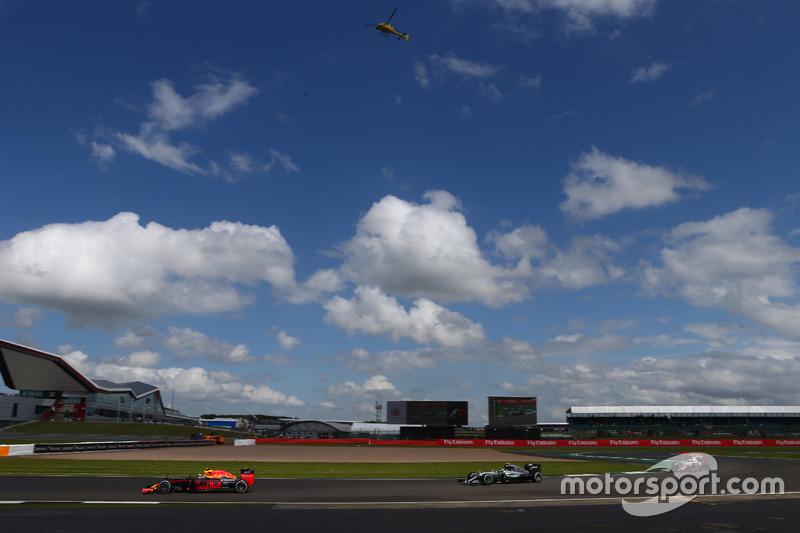 Max Verstappen, Red Bull Racing RB12 y Nico Rosberg, Mercedes AMG Petronas F1 W07