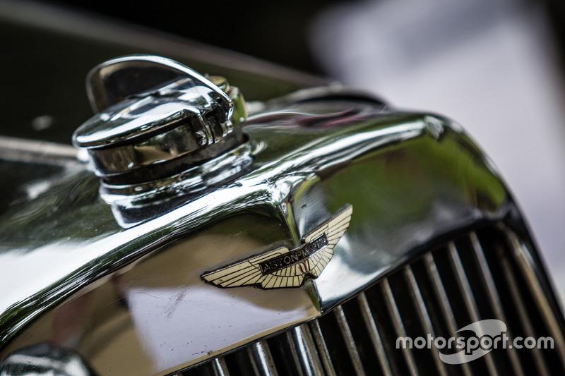 Classic Grand Tour: лого Aston Martin