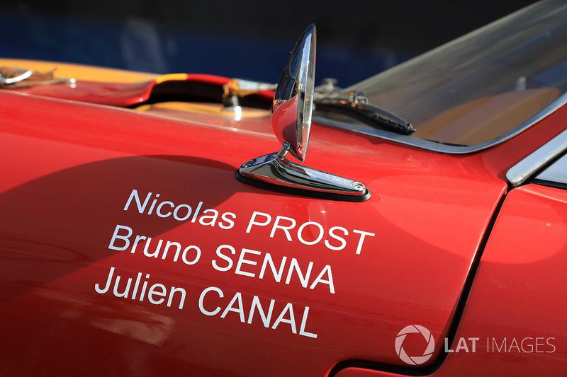 Имена гонщиков Vaillante Rebellion Racing Жюльена Каналя, Бруно Сенны и Николя Проста на историческом автомобиле