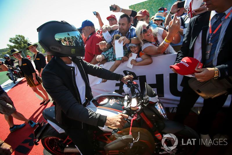 Льюіс Хемілтон, Mercedes AMG F1 на своєму мотоциклі MV Agusta Dragster RR LH44 Limited Edition