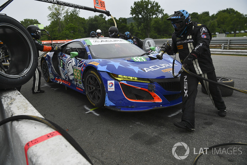 #93 Michael Shank Racing Acura NSX: Andy Lally, Katherine Legge pit stop