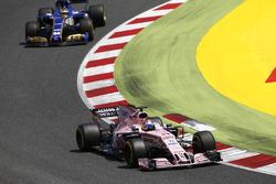 Sergio Perez, Sahara Force India F1 VJM10, Pascal Wehrlein, Sauber C36