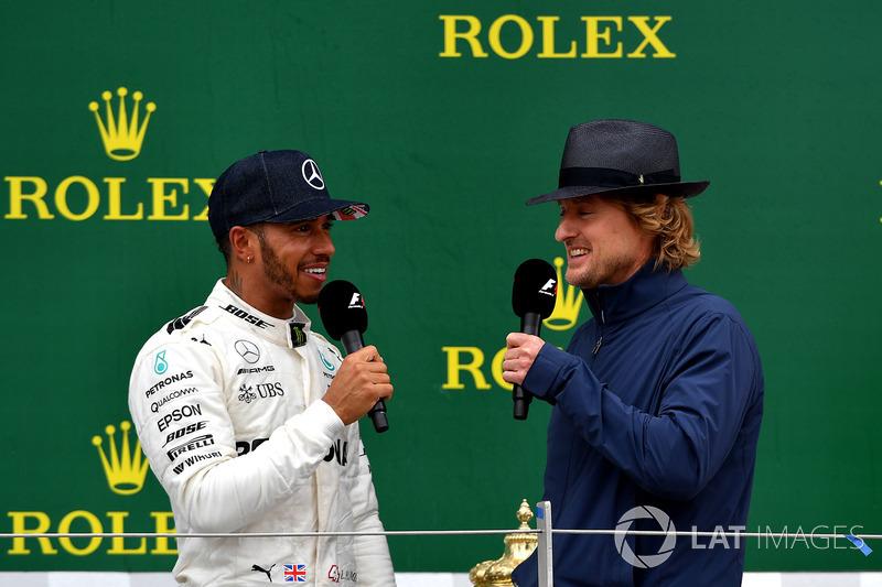 1. Lewis Hamilton, Mercedes AMG F1; 3. Kimi Raikkonen, Ferrari, mit Owen Wilson, Schauspieler