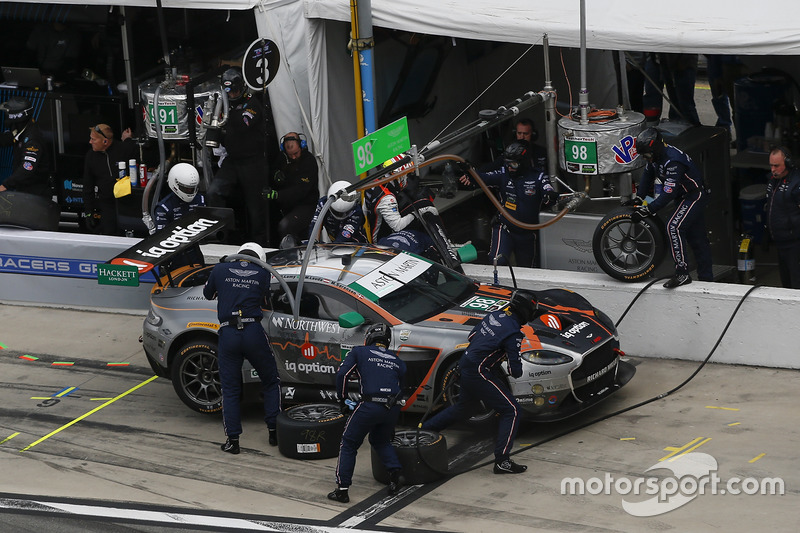 #98 Aston Martin Racing Aston Martin Vantage GT3: Paul Dalla Lana, Mathias Lauda, Pedro Lamy, Marco Sorenson, pit actie