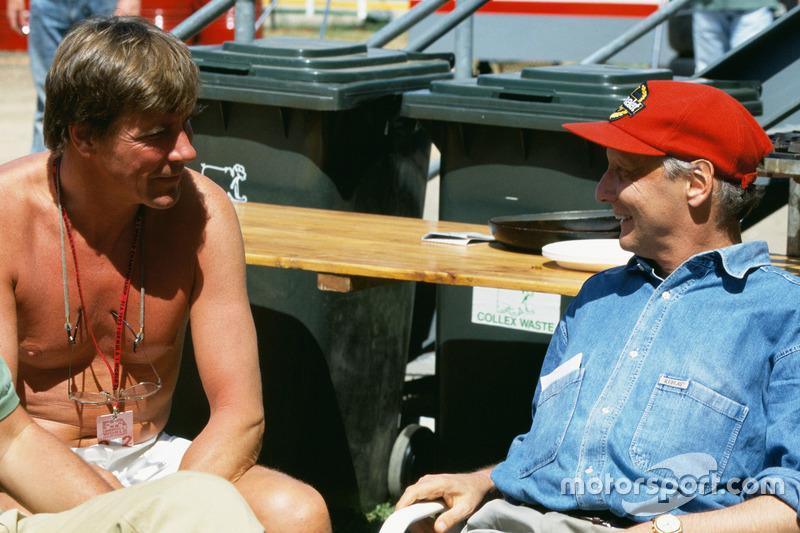 Deux anciens champions du monde, James Hunt et Niki Lauda, discutent dans le paddock