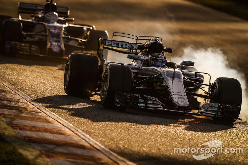 Valtteri Bottas, Mercedes F1 W08 y Antonio Giovinazzi, Sauber C36
