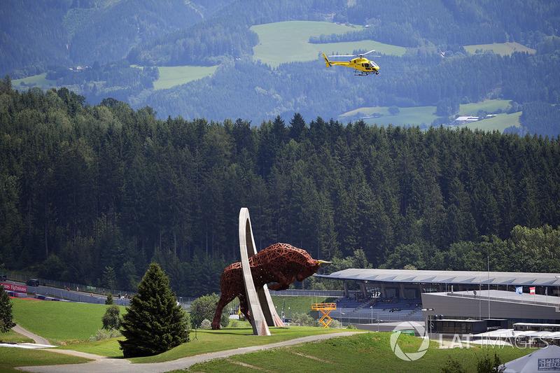 Hubschrauber und Bullenstatue
