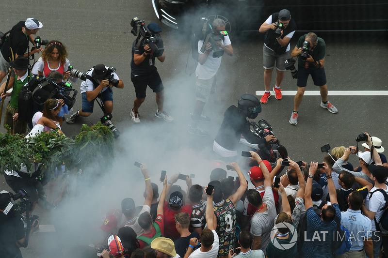 Льюіс Хемілтон, Mercedes AMG F1, на своєму мотоциклі робить бернаут перед уболівальниками